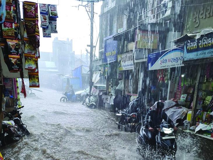 સાવરકુંડલામાં ચાર ઇંચ વરસાદથી શહેરની મેઇન બજારોમાં પાણી દોડ્યા. - Divya Bhaskar