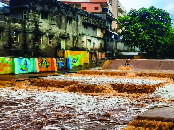 જૂનાગઢ શહેરમાં બે ઇંચ અને ગિરનારમાં 5 ઇંચ જેટલો વરસાદ ખાબકી જતાં કાળવા અને દામોદરકુંડમાં પુર આવ્યું હતું. - Divya Bhaskar