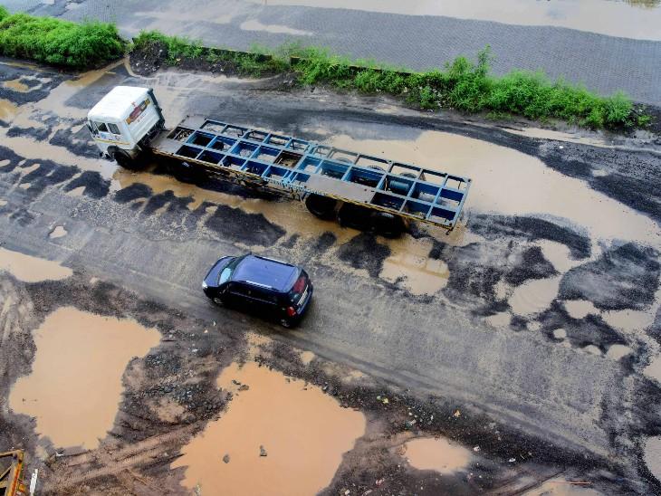 મુંબઈ નજીકના ઉરણ વિસ્તારની તસવીર. ભારે વરસાદમાં રસ્તાઓ ધોવાઈ ગયા છે.