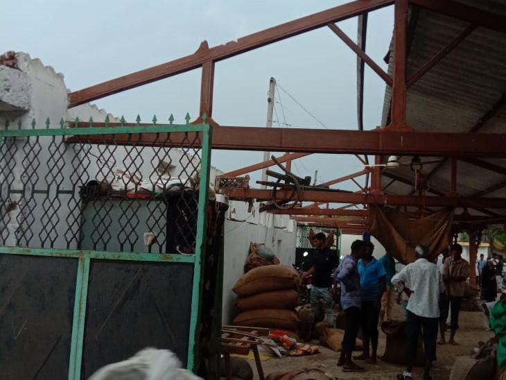 સરસ્વતી તાલુકાના ગોળીવાડા ગામે મકાનનાં પતરાં ઉડતાં નુકસાન. - Divya Bhaskar