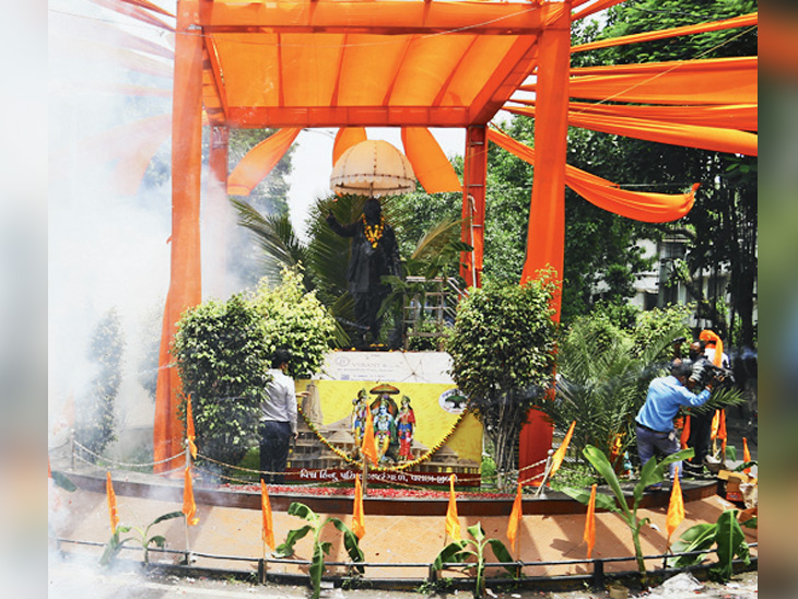 માનગઢ ચોકમાં વિશ્વ હિંદુ પરિષદ દ્વારા ફટાકડા ફોડી ઉજવણી કરવામાં આવી હતી. - Divya Bhaskar