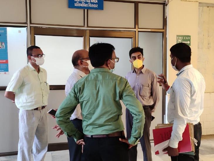 પાટણ પ્રાંત અધિકારીએ ટીમ સાથે ત્રણ કોવિદ હોસ્પિટલોમાં ફાયર સેફ્ટીના સાધનોની તપાસ કરી હતી. - Divya Bhaskar