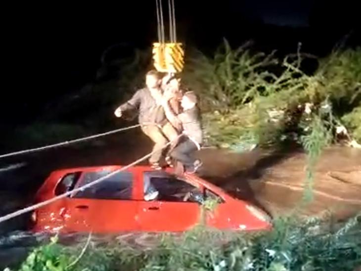 ધોધમાર વરસાદ પડતાં જેતપુરના પેઢલા પાસે કાર પાણીના ધસમસતા પ્રવાહમાં તણાઈ, 1નું મોત, ક્રેનની મદદથી કાર બહાર કાઢી રાજકોટ,Rajkot - Divya Bhaskar