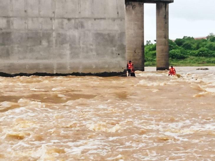 દમણગંગા નદીમાં 500 મિટર તણાયો,  બ્રિજનો પીલર પકડ્યો - Divya Bhaskar