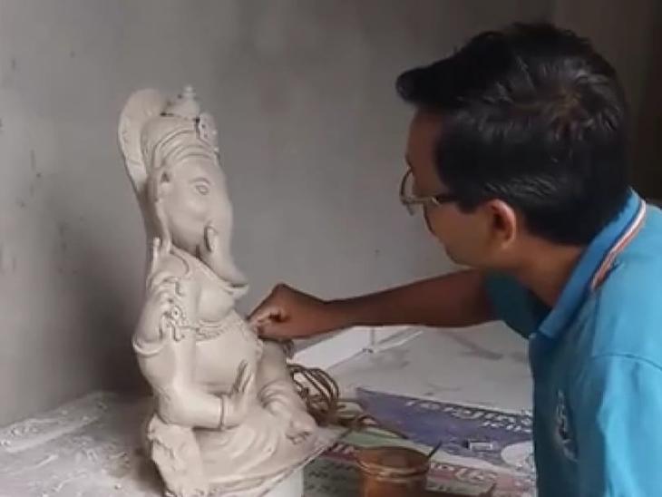માંડવી હાઈસ્કૂલના શિક્ષક શ્રીજીની માટીની પ્રતિમા બનાવી રહ્યાં છે. - Divya Bhaskar