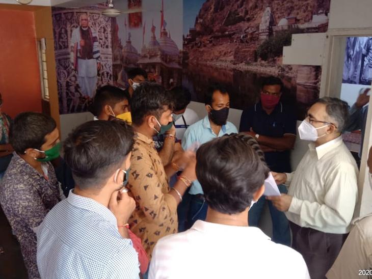 લો સેમ-2 અને 4નાં વિદ્યાર્થીઓએ કુલપતિને આવેદનપત્ર આપ્યું હતું. - Divya Bhaskar