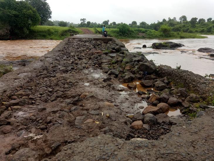 ડેડીયાપાડા નાના અને મોટા જાંબુડા ગામ વચ્ચેનો  કોઝવે પર પાણી ફરી વળતા  રસ્તો સંપૂર્ણ નાશ પામ્યો. - Divya Bhaskar