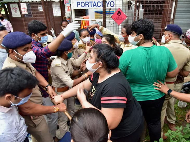 દર્દીઓના સગાંઓને પોલીસે પણ આડેહાથે લેતા ભારે ઘર્ષણના કિસ્સા બન્યા હતા. - Divya Bhaskar