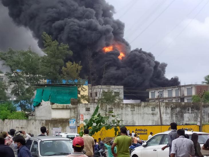 GIDCની કેમિકલ કંપનીમાં લાગેલી ભીષણ આગ કાબૂમાં, ડ્રમમાં બ્લાસ્ટ થતા ભયનો માહોલ|વલસાડ,Valsad - Divya Bhaskar