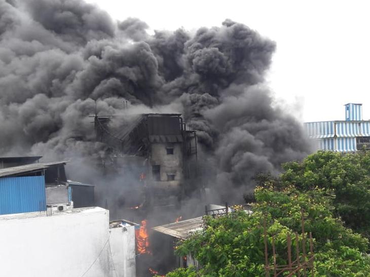 વાપીની ફાર્મા કંપનીમાં ભીષણ આગ, 43 કામદારોનો બચાવઃ 11 ફાયરની ટીમે 5 કલાકે આગ ઉપર કાબૂ મેળવ્યો|વાપી,Vapi - Divya Bhaskar
