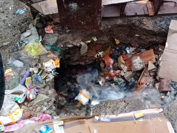 હાટકેશ્વર રિંગ રોડ પર ભુવો પડ્યો, અંદર પડી જતાં ત્રણ લોકોને સામાન્ય ઇજાઓ પહોંચી|અમદાવાદ,Ahmedabad - Divya Bhaskar