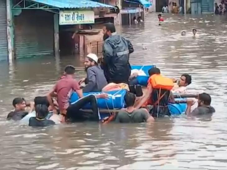 વરસાદ અટકતા સુરતીઓને રાહત, ખાડી પૂરમાંથી 200 લોકોનું રેસ્ક્યુ કરાયું, ફસાયેલા લોકોને ફૂડ પેકેટ અપાયા સુરત,Surat - Divya Bhaskar