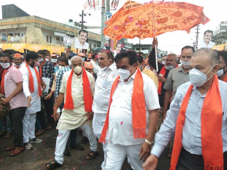 તાલાલામાં સરદાર પટેલની પ્રતિમાને ફૂલહાર પહેરાવ્યો, નેતાઓ સોશિયલ ડિસ્ટન્સ ભૂલ્યા, આતશબાજીના ઉન્માદમાં ફટાકડાથી સી.આર. પાટીલને આંખમાં ઇજા પહોંચી વેરાવળ,Veraval - Divya Bhaskar