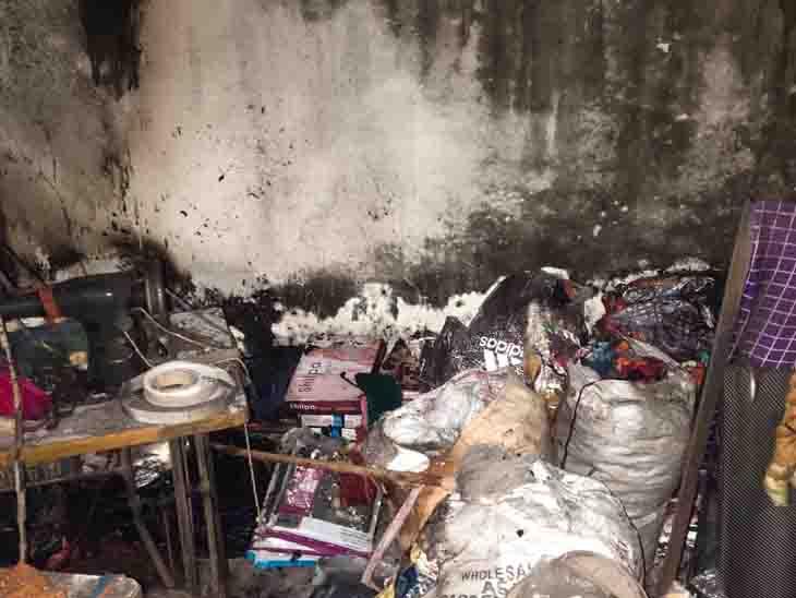 છોટાઉદેપુર બજારમાં કાપડની દુકાનમાં આગ લાગતાં લાખોની મતાનું નુકસાન છોટા ઉદેપુર,Chhota Udaipur - Divya Bhaskar