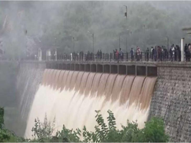 દક્ષિણ ગુજરાતમાં ભારે વરસાદ યથાવત, ઉકાઈ ડેમમાંથી 1 લાખ 66 હજાર ક્યુસેક પાણી છોડાતા નીચાણવાળા વિસ્તારો એલર્ટ પર સુરત,Surat - Divya Bhaskar