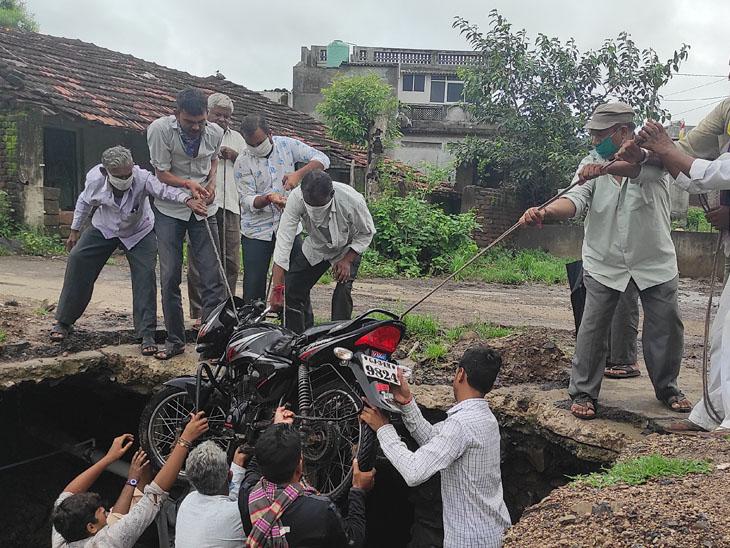 જસદણની શિવનગર સોસાયટીમાં પુલ પર રેલિંગના અભાવે બાઇક વોંકળામાં ખાબક્યું, લોકોએ 'રેસ્ક્યૂ ઓપરેશન' હાથ ધરવું પડ્યું|જસદણ,Jasdan - Divya Bhaskar
