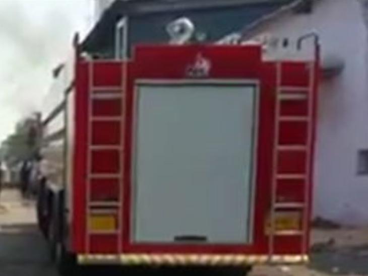 ભટારમાં સાંઈનાથ ઈન્ડસ્ટ્રીઝમાં કારખાનાના બીજા માળે લાગેલી આગ પર કાબૂ મેળવાયો સુરત,Surat - Divya Bhaskar