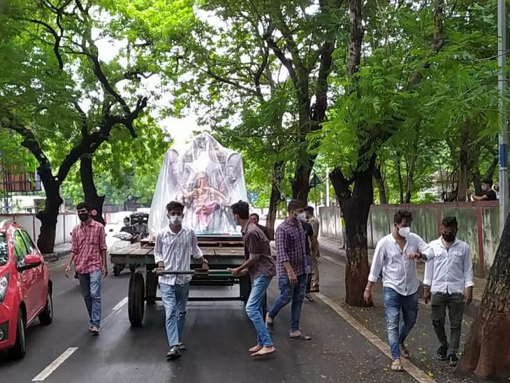 જાહેરનામાનો ભંગ કરી 2 ફૂટથી ઊંચી ગણેશ પ્રતિમા સ્થાપન માટે લઈ જનારા આયોજકોની ધરપકડ સુરત,Surat - Divya Bhaskar