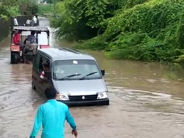 ભારે વરસાદને કારણે બગસરાની સાતલડી નદીમાં મોટા પ્રમાણમાં પાણી આવક, પૂર જેવી પરિસ્થિતિ સર્જાતા કાર તણાઈ|દ્વારકા,Dwarka - Divya Bhaskar