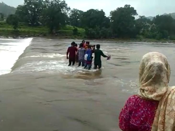 કોઝવે પર પાણી ફરી વળતા 108 એમ્બ્યુલન્સ ન પહોંચી શકતા જોખમ ખેડ્યુ