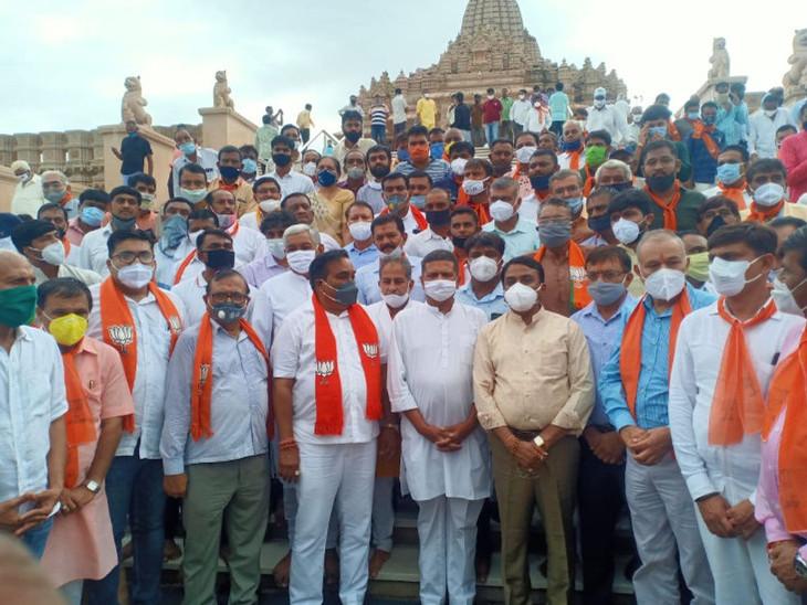 સી.આર. પાટીલનો 3 દિવસનો સૌરાષ્ટ્ર પ્રવાસઃ 10 કાર્યક્રમોમાં સોશિયલ ડિસ્ટન્સના ધજાગરા, ભાજપના નેતાઓ માસ્ક પણ પહેરવાનું ભૂલ્યા|રાજકોટ,Rajkot - Divya Bhaskar