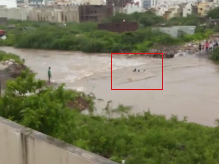 પુલ પરથી પસાર થતાં 2 લોકો પાણીમાં તણાયા, સ્થાનિકોએ બચાવ્યાં