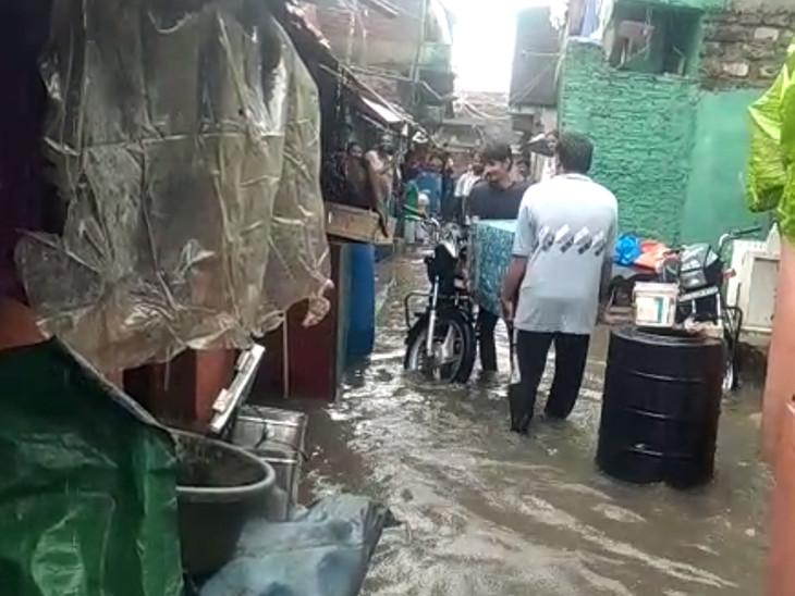 પાણી ભરાતા લોકોનું સ્થળાંતર કરવામાં આવી રહ્યું છે.