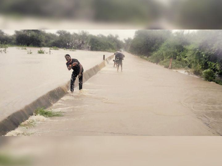વિસનગર શહેરમાં વહેલી પડેલા વરસાદને કારણે ઉમતા-કામલપુર પાસે પસાર થતી રૂપેણ નદી બે કાંઠે વહેવા લાગી હતી