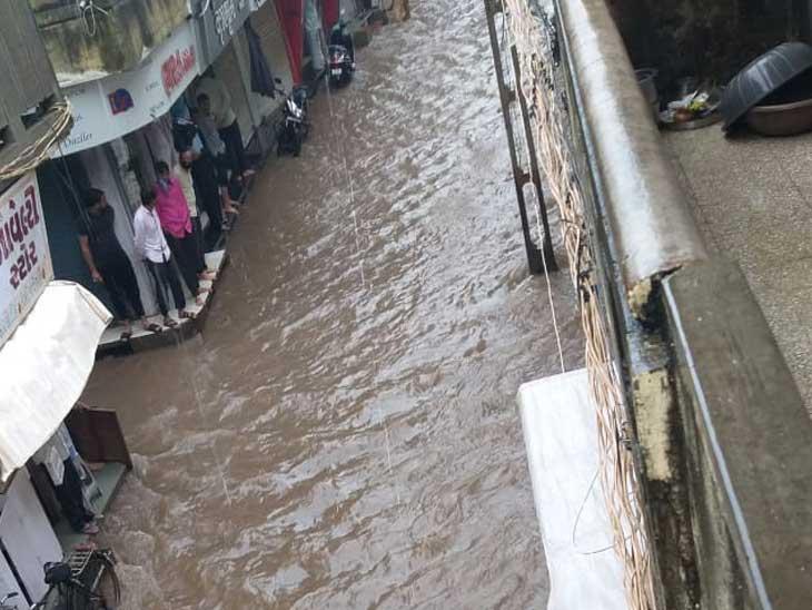 ગોંડલમાં 24 કલાકમાં 7 ઈંચ જેટલો વરસાદ પડતા નાની બજાર બેટમાં ફેરવાઈ હતી