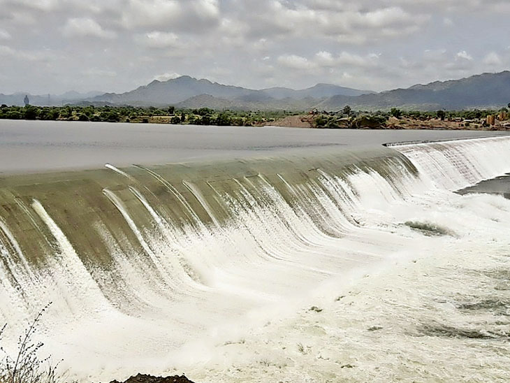 મધ્યપ્રદેશના ઓમકારેેશ્વર બંધના 10 દરવાજા ખોલી 30 હજાર ક્યુસેક પાણી છોડાયું, નર્મદા બંધની જળસપાટી વધીને 130.04 મીટરે પહોંચતા રિવરબેડ પાવર હાઉસના 5 ટર્બાઇન શરૂ - Divya Bhaskar