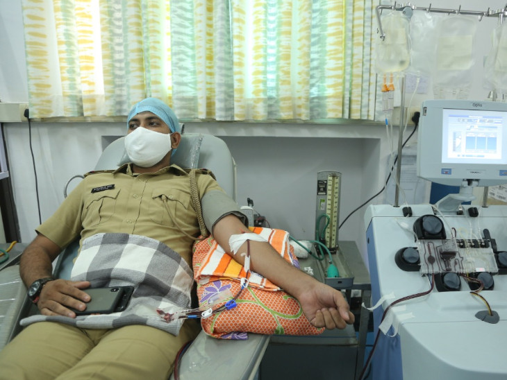કોરોના ફ્રન્ટલાઈન વોરિયર્સે માનવતા મહેકાવી, 13 પોલીસકર્મીઓએ પ્લાઝમા દાન કર્યા સુરત,Surat - Divya Bhaskar