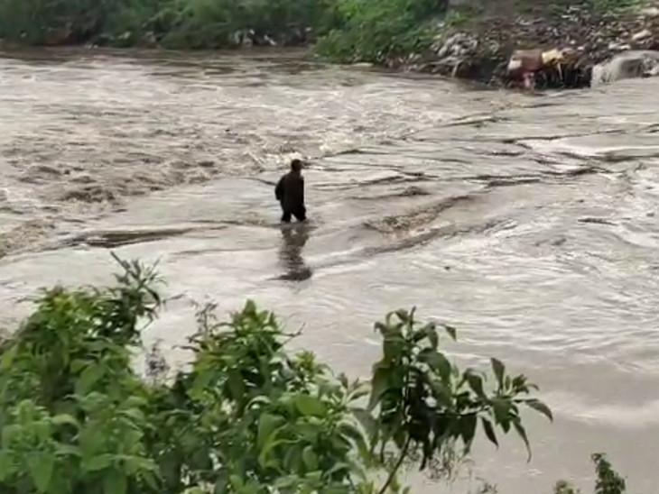 રાજકોટમાં ધોધમાર વરસાદ, મોટામૌવા નજીક પુલ પરથી તણાયેલા યુવાનને લોકોએ બચાવ્યો રાજકોટ,Rajkot - Divya Bhaskar