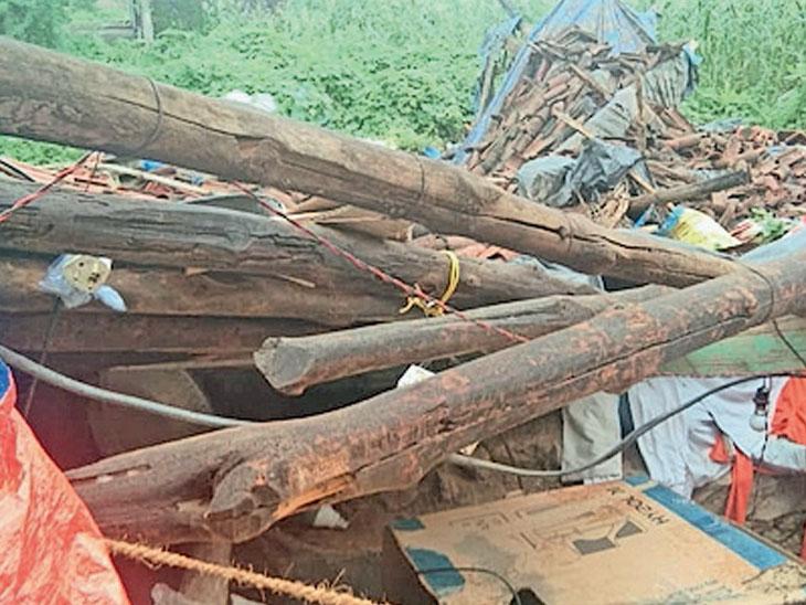 બલૈયામાં વરસાદથી મકાન તૂટી પડતાં પરિવારજનો ને ખુલ્લામાં રહેવાનો વારો આવ્યો હતો. - Divya Bhaskar