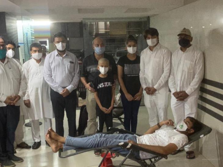 મૃતકના બેસણાની જગ્યાએ નવી પહેલ કરતાં રક્તદાન કેમ્પ યોજવામાં આવ્યો હતો જેમાં 111 બોટલ લોહી એકત્ર થયું હતું. - Divya Bhaskar