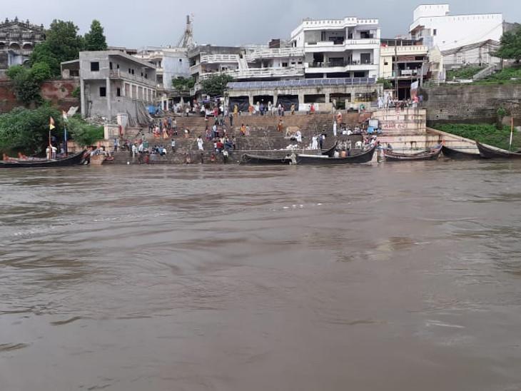 નર્મદા નદીના પાણીમાં મલ્હારરાવ ઘાટના 80 પગથિયા ડૂબ્યા - Divya Bhaskar