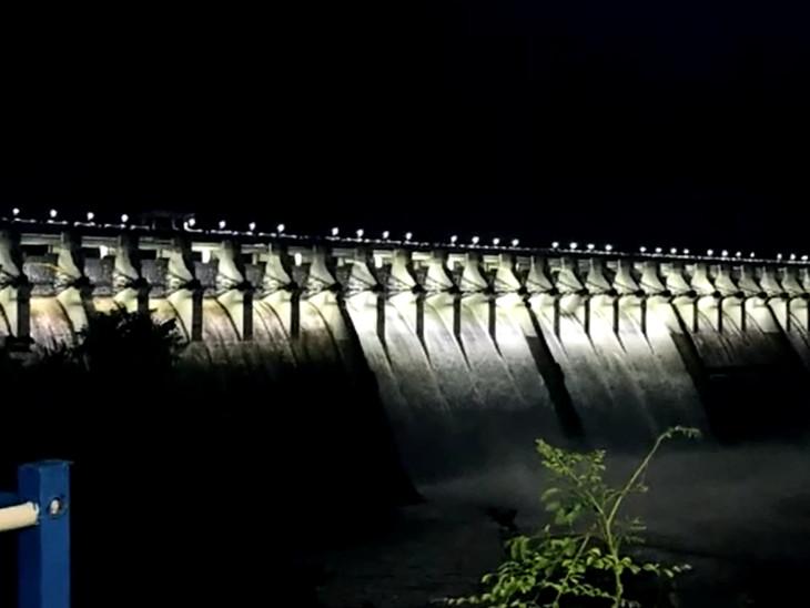 સતત બીજા વર્ષે નર્મદા ડેમના 30 પૈકી 15 ગેટ ખોલાયા, 3 લાખ ક્યૂસેક પાણી છોડાયું, સપાટી 131.11 મીટરે પહોંચી, ગુજરાતમાં 3 વર્ષ વરસાદ પડે નહીં તો પણ જળસંકટ સર્જાશે નહીં|રાજપીપળા (નર્મદા),Rajpipla (Narmada) - Divya Bhaskar