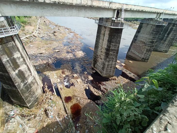 હજુ તો ચોમાસુ પુરુ નહીં થયું ત્યાં જ પ્રદુષણના પાપીઓ સક્રીય બની ગયા અને ડેમના પાણી ડહોળ્યા - Divya Bhaskar