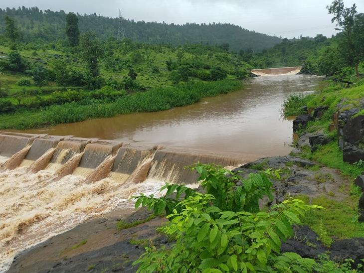 ઉપરવાસમાં પડેલા ભારે વરસાદથી કપરાડાના સિલ્ધા ગામે કોલકનદીના ત્રણ ચેકડેમ છલકાઇ ગયા. - Divya Bhaskar