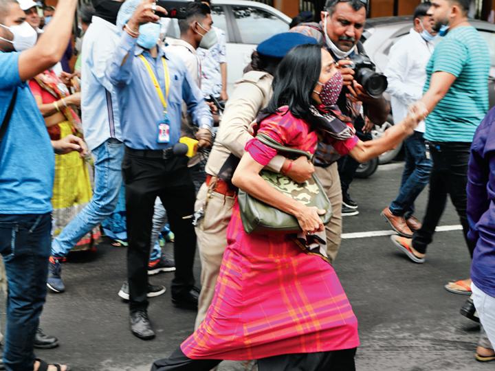 પોલીસે દેખાવ કરતા કોંગ્રેસના કાર્યકરોની અટકાયત કરી હતી. - Divya Bhaskar