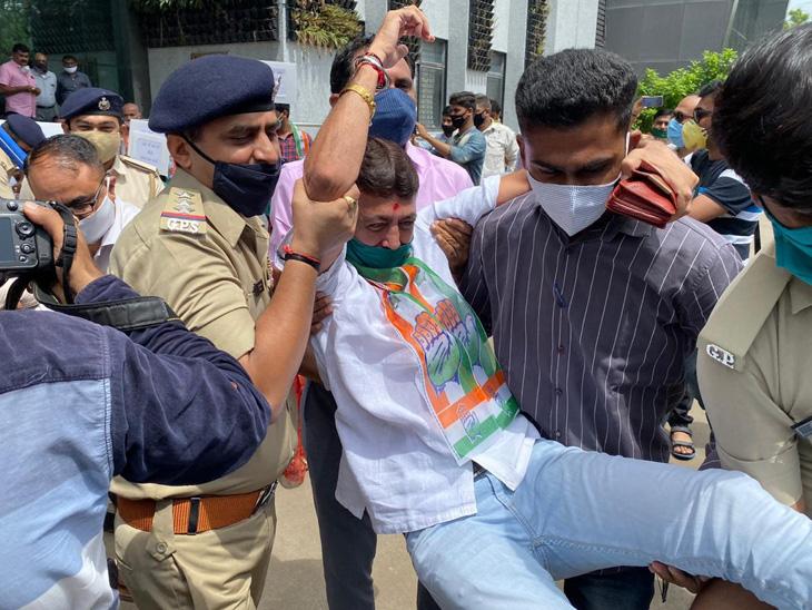 જેઈઈ-નીટની પરીક્ષા રદ કરવા કોંગ્રેસ-એનએસયુઆઈનો કલેક્ટર કચેરીમાં વિરોધ: 27ની અટકાયત|રાજકોટ,Rajkot - Divya Bhaskar