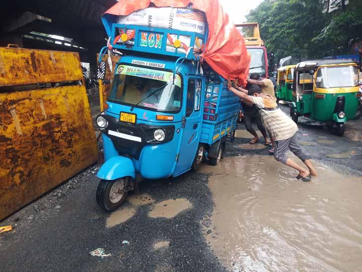 વાહનો ચાલકો અટવાયા - Divya Bhaskar