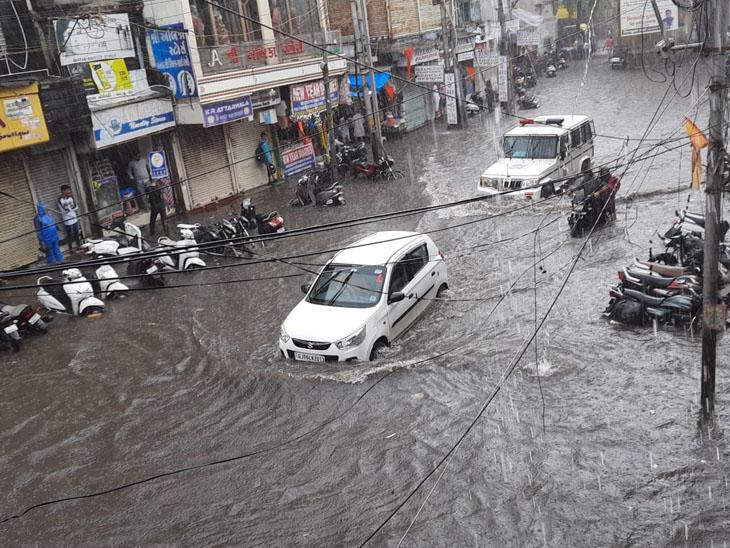 શનિવારે બપોરે વાતાવરણમાં પલટો આવ્યા બાદ ધોધમાર વરસાદ વરસ્યો હતો. જેને પગલે ચાર દરવાજા વિસ્તારમાં ઘૂંટણસમાં પાણીનો ભરાવો થયો હતો. જોકે વરસાદે વિરામ લેતાં પાણી ઊતરી ગયાં હતાં. - Divya Bhaskar