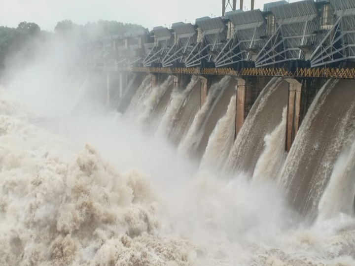 કડાણા ડેમના 14 ગેટ 18 ફૂટ સુધી ખોલીને 4.38 લાખ ક્યૂસેક પાણી છોડવામાં આવ્યું છે. ડેમની હાલની સપાટી 415.6 ફૂટ છે ત્યારે ભયજનક સપાટી 419 ફૂટ છે. જિલ્લા પ્રશાસન દ્વારા નદી કિનારે આવેલા 106 ગામોને એલર્ટ કરાયા હતા.