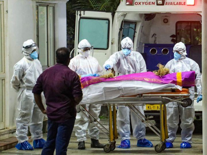 તસવીર કેરળના કોઝિકોડ શહેરની છે. જ્યાં કોરોનાના દર્દીના મોત બાદ તેના મૃતદેહને અંતિમસંસ્કાર માટે એમ્બ્યુલન્સમાં લઇ જવામાં આવી રહ્યો છે. - Divya Bhaskar