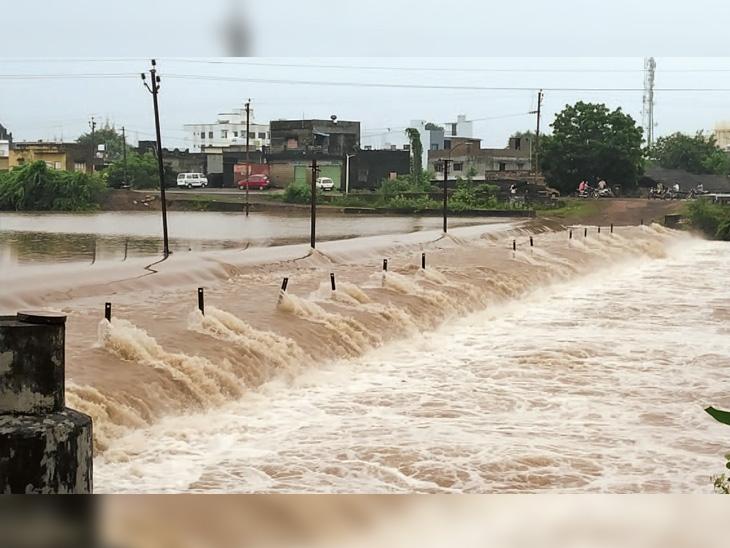 માણાવદરનો રસાલા ડેમ ઓવરફ્લોઃ છેલ્લા 10 દિવસથી ઓવરફ્લો. શનિવારે પડેલા ભારે વરસાદના કારણે પાણીના પ્રવાહમાં વધારો - Divya Bhaskar
