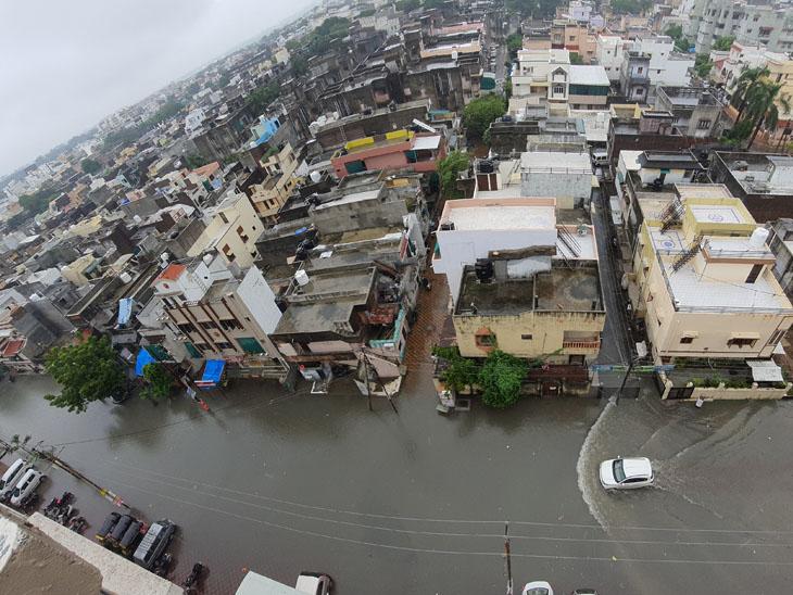 કારેલીબાગમાં આનંદનગરથી અંબાલાલ પાર્ક તરફના રસ્તા પર પાંચ કલાક સુધી વરસાદી પાણી ભરાઈ ગયાં હતાં. - Divya Bhaskar