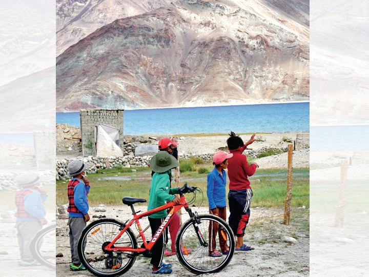 તણાવના સાક્ષી રહેલા ફિંગર-4 વિસ્તાર નજીક સ્થિત પેંગોંગ સરોવર હવે ફરીથી બાળકો અને સ્થાનિકોથી ખીલી ઊઠ્યું છે. - Divya Bhaskar