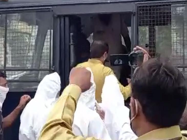 MLA લલિત વસોયા ખેડૂતોના પ્રશ્ને ધરણાં પર ઉતરતા પોલીસે PPE કિટ પહેરી અટકાયત કરી|રાજકોટ,Rajkot - Divya Bhaskar
