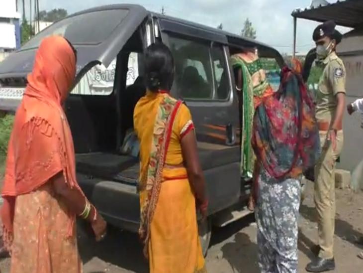 પોલીસે મહિલાઓની અટકાયત કરી એક કારમાં 8 મહિલાઓને બેસાડી દીધી