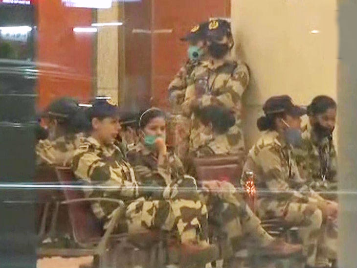 કંગનાની સુરક્ષામાં પોલીસકર્મીઓ